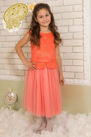 """Нарядное платье """"Инга"""" кораллового цвета. В данной модели платья с баской использован тонкий вязаный гипюр, основа короткого трикотажное полотно в цвет. Горловина платья - лодочка. Едва заметный рукавчик - крылышко, плотно прилегающий к плечу. Низ платья классического скокойного кроя средней длинны. Нижний слой юбки - тафта, верхний - два слоя сетки. По всей длине спинки до бедер молния. Оригинальный наряд для настоящих модниц. Идеальный наряд для любого праздника."""