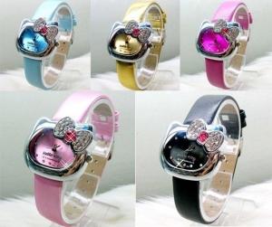 Часы Hello Kitty с бантиком и стразами на циферблате. Модные и стильные часы Hello Kitty. Оригинальный дизайн часов понравится всем окружающим и обладательнице часов. ЧасыHello Kitty в виде симпатичной мордочки кошки с бантиком из страз. На выбор представлено несколько цветовых гамм.