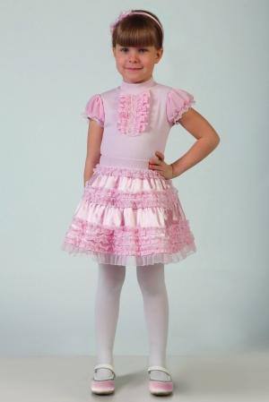 Нарядная юбка для девочки из блестящего атласа на подкладке с многочисленными изящными мелкими оборочками из нежной мягкой сетки. Эластичный пояс из трикотажного полотна.Подкладка извискозы позволяет использовать изделия для детей и компенсирует наличие искусственных волокон в тканях верха и отделки. Красивая юбочка для самых маленьких модниц!