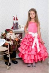 """Нарядное платье """"Мальвина"""" кораллового цвета с бантом на поясе."""