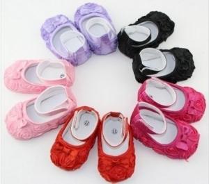 Нарядные пинетки c розочками и бантиком розового цвета.Детские пинетки для самых маленьких модниц. Ваша малышка будет самой красивой в таких пинетках. Пинетки для новорожденных!