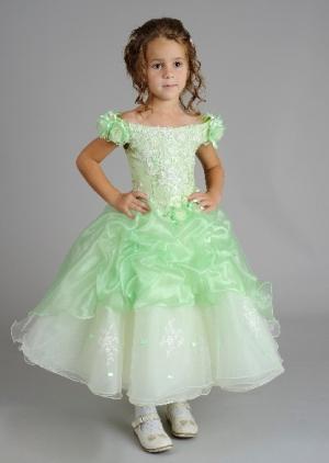 """Нарядное платье """"Кэтрин"""" с пышной юбкой. Нежное и красивое платье с рукавчиками. Платье украшено цветочками. Корсет платья украшен вышивкой. Данное нарядное платье корсетное, лиф платья регулируется в объеме, что хорошо для девочек разного возраста и комплекции.Отдельно к платью продается подъюбник."""
