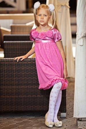 Нарядное платье-трапеция цвета брусники.Красивоеплатье для девочек с коротким рукавом с шифоновыми цветочками на груди и пышной юбкой. Вверх платья из атласа с атласным поясом, а юбка из шифона. Платье сзади застегивается на пуговку.