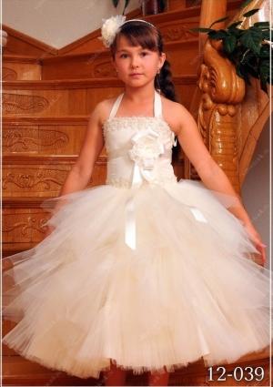 """Нарядное платье """"Каролина"""". Юбка у данного платья пышная и оригинального покроя с неровными краями вставок на юбке, делают ее еще пышней. Красивый цветок на корсете придает шарм платью. Бальное платье """"Каролина"""" корсетное, поэтому регулируется в объеме, идеально для юных модниц разного возраста."""