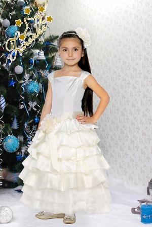"""Нарядное платье """"Мальвина"""" молочного цвета с бантом на поясе. Нежное и красивое платье для настоящих модниц! Оригинальное и красивое платье для любого торжества! Платье на спинке прошито гармошкой, поэтому сидит по фигуре, для девочек стандартной комплекции."""