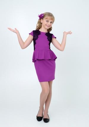 """Трикотажное платье с черным кружевом """"Софья"""" цвета фуксия. Элегантное платье для настоящих модниц.Платье идеально для любых случаев и торжеств. Красивый и изящный фасон, понравится как вашей девочки, так и всем окружающим. Платье застегивается на молнию."""