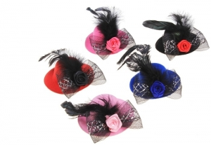 Элегантная шляпка с цветком и пером.Зажим-шляпка, прекрасное дополнение к любому наряду для вашей красотки. Шляпка на заколке, поэтому хорошо держится на голове. Красивый и оригинальный аксессуар на голову.