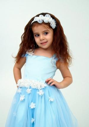 """Нарядное платье """"Лина"""" цвет светло-голубой.Красивое платье, украшено цветочками, идеально подойдет на любой праздник или утренник в детском саду. Красивое платье с пышной юбкой для самых маленьких девочек. На спинке платье застегивается на молнию и завязывается на бант."""