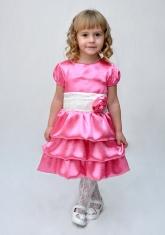 Нарядное платье ярко-розового цвета с воланами.