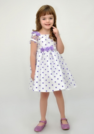 Нарядное платье белого цвета в сиреневый горох. Детское ясельное. платье. Нарядное платье украшают розовые розочки на поясе и рукавах. Красивое платье для малышек с подкладом, что идеально для самых маленьких девочек. Прекрасный наряд для любых торжеств и праздников.