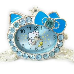Детские Часы Hello Kitty с бантиком на цепочке. Часы в виде мордочки кошки с бантиком, весь циферблат украшен стразиками. Представлено несколько вариантов по цвету. Оригинальный часы-кулон на цепочке для девочек и не только. Замечательный подарок для любой модницы!