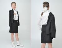 Школьный костюм черного цвета с длинным рукавом.