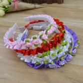 Ободок для волос с атласными цветочками.