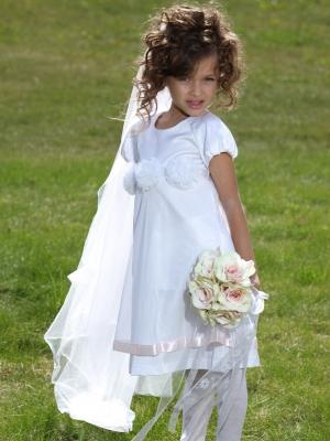 """Нарядное платье """"Ангел"""" белого цвета.Красивоеплатье для девочек с коротким рукавом с шифоновыми цветочками на груди. Платье сзади застегивается на пуговку. Идеальный наряд на крестины и любой праздник!"""
