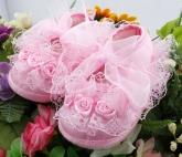 Нарядные кружевные пинетки розового цвета.