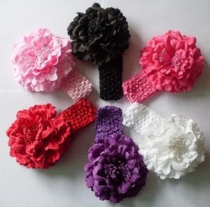 Красивый цветок пион на повязке. Повязка на голову— это красивый аксессуар для любой девочки!Представлено несколько вариантов в красивом сочетании цветка с повязкой. Пион очень красивый цветок, в сердцевинка внутри цветка с тычинками. Цветок на заколке, поэтому можно одевать отдельно от повязки. Повязка в сеточку, хорошо тянется.