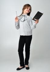 Детская блузка бело-серого цвета с длинным рукавом и манишкой с черным кружевом.