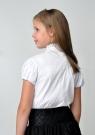Детская блуза белого цвета с воротником стойкой и коротким рукавом.