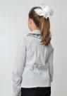 Детская блузка бело-серого цвета с длинным рукавом и воротником стойкой с рюшами черного кружева.