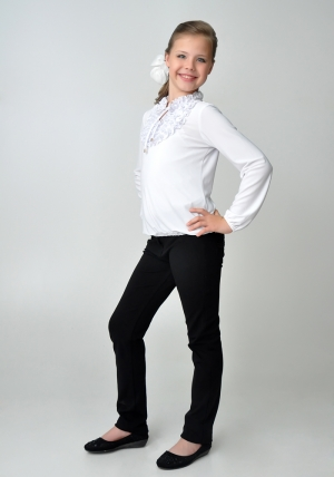 Трикотажная нарядная блузка белого цвета с длинным рукавом.Нарядная блуза спереди украшена красивыми и нежными рюшами. Такую блузу можно носить как в школу, так и в повседневной жизни.