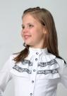 Школьная блузка белого цвета с длинным рукавом и воротником стойкой с рюшами черного кружева.