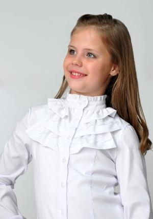 Школьная форма для девочек! Детская блузка белого цвета с воротником стойкой и длинным рукавом. Школьная блузка - спереди украшена рюшами из шифона и кружева. Очень красивая и нежная блузка, можно носить со школьным костюмом. Также данную блузку можно носить на праздник или в повседневной жизни. Ткань эластичная, хорошо тянется.