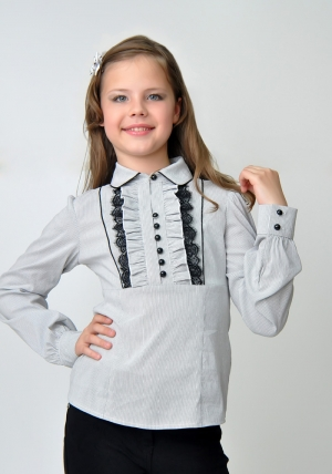Школьная блузка для девочки белого-серого цвета с черным кружевом и длинным рукавом. Очень красивая и нежная блузка, можно носить со школьным костюмом, сарафаном, юбкой или школьными брюками. Также данную блузку можно носить на праздник или в повседневной жизни. Ткань эластичная, хорошо тянется.