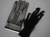 Перчатки в сеточку черного цвета.