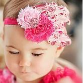 Детская повязка с перьями розово-малинового цвета.