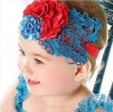 Детская повязка с перьями красно-синего цвета.