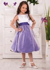 """Нарядное платье """"Флер"""" бело-сиреневого цвета с цветком на поясе."""