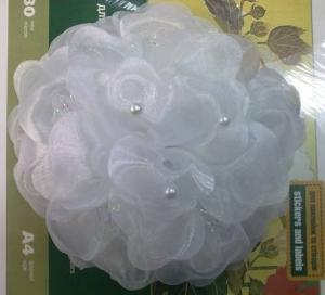 Школьный бант белого цвета на резинке.Красивый аксессуар для волос.Диаметр цветка 18-20 см.