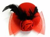 Красивая шляпка с бантом и пером.