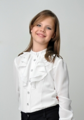 Нарядная блузка белого цвета с длинным рукавом.