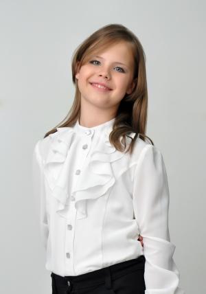 Скоро в школу. Нарядная блузка белого цвета с длинным рукавом.Такую блузу можно носить как в школу, так и в повседневной жизни.