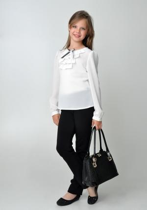 Школьная форма для девочки. Школьная блузка белого цвета с бантиком и жабо.Нарядная блуза спереди украшена красивым и нежным жабо, а также бело-черным бантиком. Такую блузу можно носить как в школу, так и в повседневной жизни.