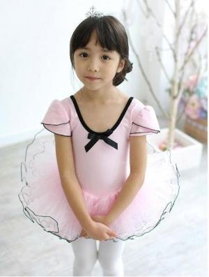 """Костюм для танца """"Модница"""" розового цвета с черной каемкой. Купальник с рукавами фонарик. Этот купальник для занятий танцами понравится вашей малышке и она будет чувствовать себя уверено и комфортно в нем. Купальник розового цвета с очень пышной юбочкой порадует вашу малышку. Юбочка из 4-слоев, длина юбочки 16-17 см."""
