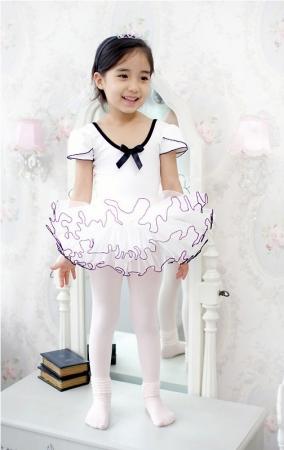 """Костюм для танца """"Модница"""" белого цвета с черной каемкой. Данный купальник для занятий танцами очень понравится вашей малышке и она будет чувствовать себя уверено и комфортно в нем. Купальник белого цвета с очень пышной юбочкой порадует вашу малышку."""