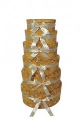 Подарочная коробка овальная с шарами и золотом.