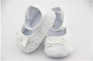 Нарядные пинетки c розочками и бантиком белого цвета.Детские пинетки для самых маленьких модниц. Ваша малышка будет самой красивой в таких пинетках. Пинетки для новорожденных!