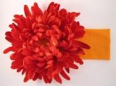 """Большой цветок """"Астра"""" красного цвета на широкой повязке."""