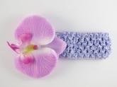 Цветок орхидея сиреневого цвета на повязке.