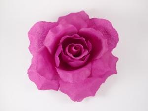 """Цветок на голову """"Роза"""" фиолетового цвета на заколке. Очень яркий и пышный цветок. Роза выглядит как настоящий цветок, даже красивее. Сам цветок на заколке и булавке, что очень удобно, можно носить на голове, а можно и на шапочке или одежде. Также можно носить данный цветок на шапочке, что тоже удобно и красиво.Диаметр цветка 15 см."""