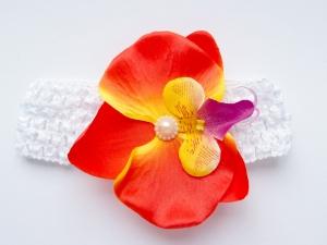 Яркий цветок орхидея красно-оранжевого цвета на повязке в сеточку.Повязка в сеточку хорошо тянется, цветок приклеен. Сердцевинка цветка украшена жемчужиной. Повязка для малышек и девочек.
