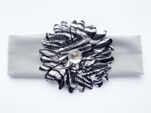 """Повязка с бело-черной герберой принт """"Зебра"""". Оригинальное сочетание цветов, придает элегантности.Красивый аксессуар на голову. Прекрасный штрих к любому наряду."""