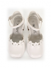 Нарядные туфли белого цвета c цветочками.