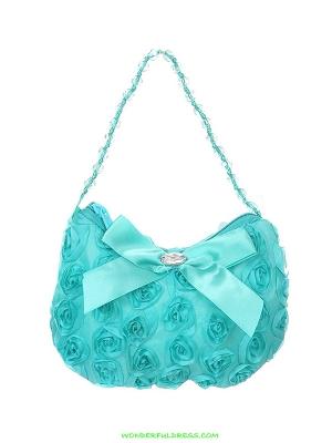 Бирюзовая сумочка с розочками и атласным бантиком. Сумочку украшает бантик, внутри бантика стразина, а ручка сумочки с оригинальными бусинами. Прекрасный аксессуар, дополнение к любому наряду.