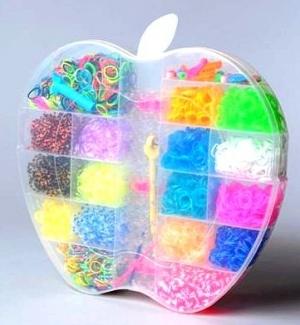 """Набор резинок для плетения """"Яблоко"""", 3700 шт. Большой набор из разноцветных резинок 18 цветов. В набор входит: 1 станок, 1 рогатка, 1 крючок, 30 S-клипс. Красивый и оригинальный набор резиночек для плетения. Идеальный подарок для вашего ребенка. С помощью резиночек для плетения, ваш ребенок сможет самостоятельно сплести браслеты, кольца, подвески, различные игрушки для себя и своих близких."""