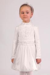 Нарядная блузка молочного цвета с длинным рукавом и воротником-стойкой.