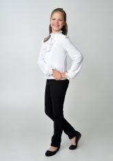 Детская блузка белого цвета с рюшами и длинным рукавом.
